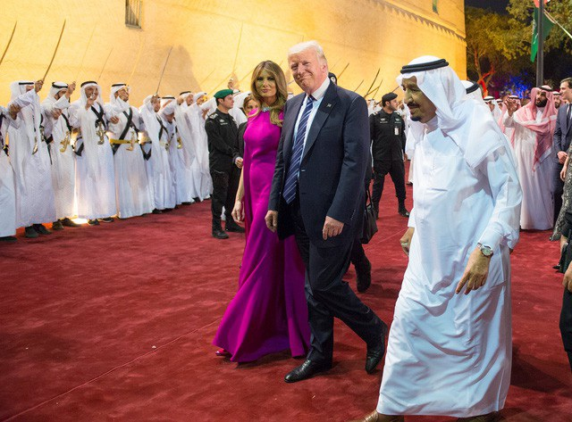 Quốc vương Salman bin Abdulaziz Al Saud tiếp vợ chồng Tổng thống Donald Trump tại Cung điện Al Murabba ở Riyadh năm 2017 (Ảnh: Reuters)