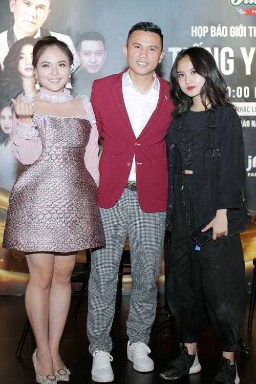 Lam Trang, người bạn đời cùng con gái thứ 2 của Tú Dưa, Ngân Hà cũng có mặt tại sự kiện. Tú Dưa chia sẻ, anh cảm ơn Lam Trang vì đã đến bên đời, luôn yêu thương và thấu hiểu.