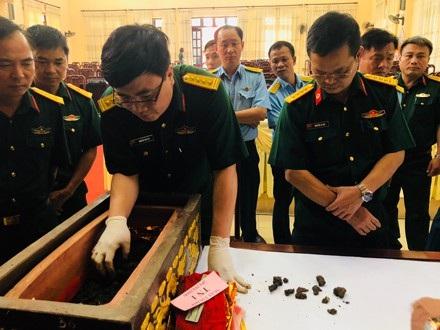 Đoàn cán bộ của Viện Pháy y quân đội tiến hành mở nắp quách xem xét đánh giá các di vật và khẳng định các di vật được tìm thấy không phải xương người.