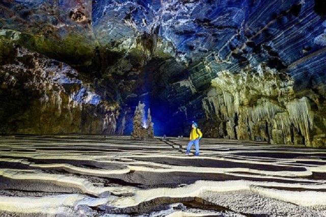 Nền hang được tạo hình sóng nhấp nhô và vào những ngày mưa lớn trông như được phủ một lớp cát mịn trải dài bên cạnh những khối thạch nhũ.