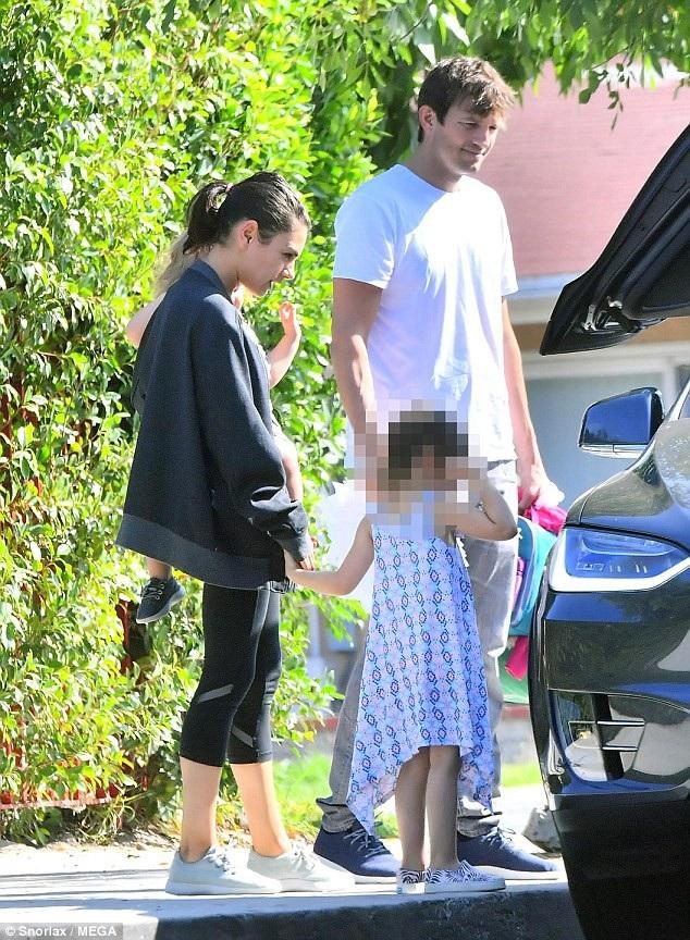 Ashton đưa vợ con đi ăn trưa ở Los Angeles, ngày 1/10.