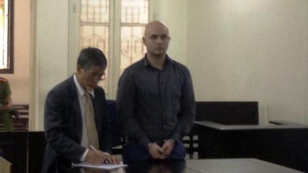 Bị cáo Roman Zmajkovic (bên phải) tại tòa