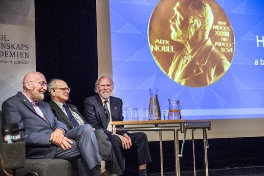 Từ trái qua phải: 3 nhà khoa học được trao giải Nobel Vật lý năm 2017 - Kip S Thorne, Rainer Weiss và Barry C Barish. Ảnh: Lars Pehrson/SvD/TT