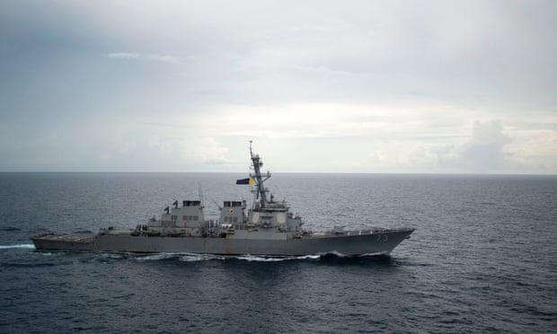 Tàu khu trục mang tên lửa dẫn đường USS Decatur (Ảnh: AFP)