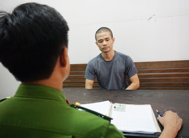 Cán bộ điều tra Công an TP Vinh lấy lời khai Lê Ngọc Sơn.