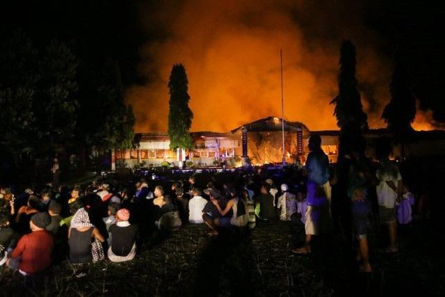 Nhà tù ở Donggala bốc cháy khiến toàn bộ tù nhân thoát ra ngoài. (Ảnh: Instagram)