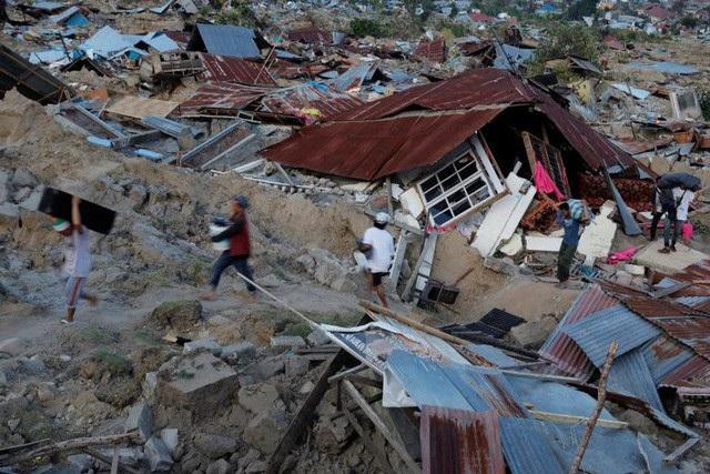 Nhiều nhà cửa ở Sulawesi bị chôn vùi do động đất. (Ảnh: Reuters)