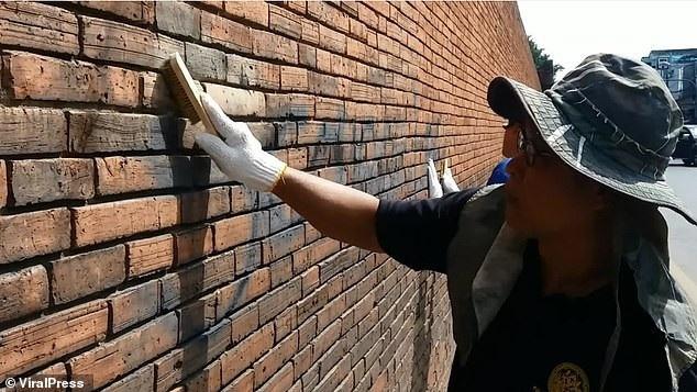 Hoạt động làm sạch bức tường bị sơn vẽ