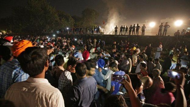 Các nạn nhân là những người đứng trên đường ray để xem lễ hội. (Ảnh: EPA)