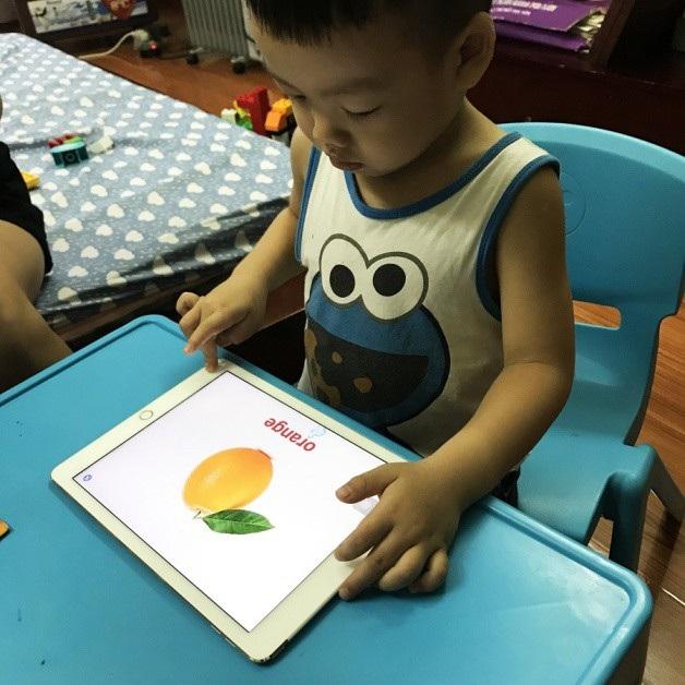 Bé J học cùng phần mềm học tiếng Anh Kizzu.