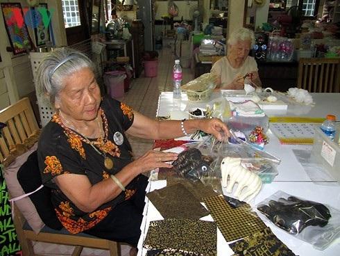 Người cao tuổi Thái Lan vẫn có thể làm ra tiền trong trại dưỡng lão - 5