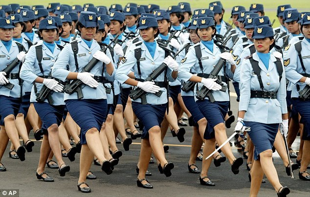 Các nữ quân nhân diễu hành trong sự kiện kỷ niệm ngày thành lập Không quân Indonesia. (Ảnh: AP)