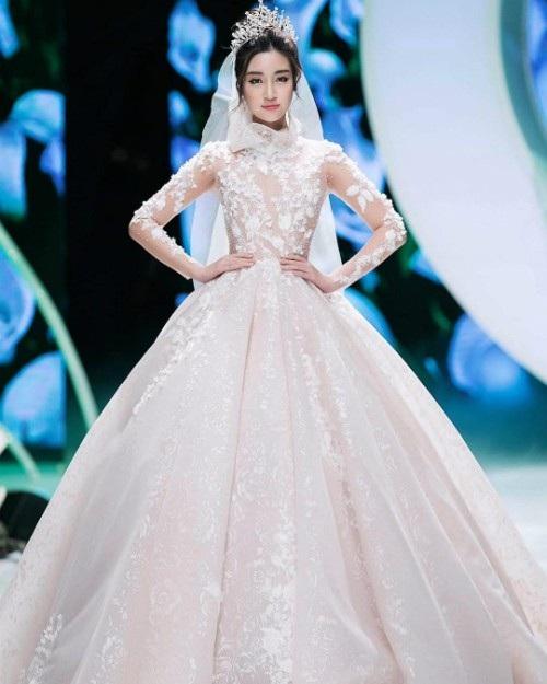 Đỗ Mỹ Linh trong loạt ảnh thời trang với trang phục cô dâu, cô thích thú chia sẻ: Hôm qua Linh là cô dâu mới. Chú rể là ai thì chưa biết cứ mặc váy thật xinh cái đã.