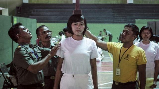 Một ứng viên nữ được kiểm tra sức khỏe khi đăng ký gia nhập lực lượng vũ trang Indonesia (Ảnh: AFP)