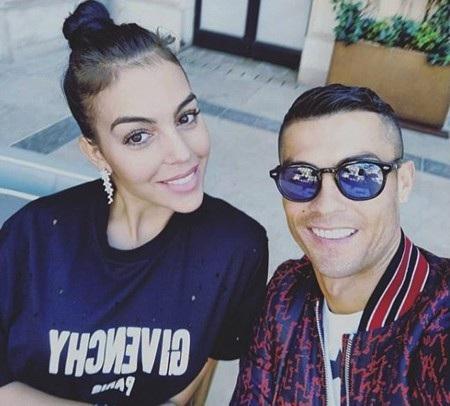 C.Ronaldo vừa tự tay khoe ảnh hạnh phúc bên bạn gái
