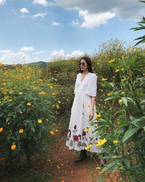 Trong chuyến du lịch Đà Lạt cùng những người bạn thân, Tăng Thanh Hà chia sẻ hình ảnh cô diện váy trắng dáng dài, đi boots và đeo kính tạo dáng chụp hình giữa rừng hoa sao nháy.