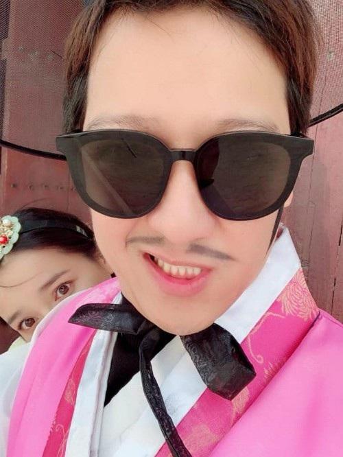Vợ chồng Nhã Phương - Trường Giang mặc trang phục truyền thống của Hàn Quốc trong tuần trăng mật tại đây. Trường Giang gọi vợ là Rảnh Phi, anh viết: Chụp hình mà Rảnh Phi phá miết.