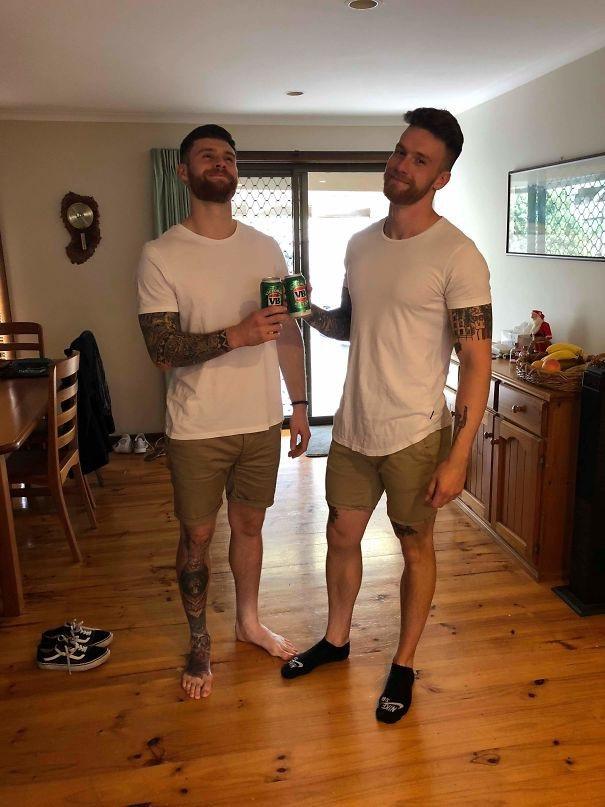 Anh trai vừa đi nửa vòng trái đất đến gặp tôi và chúa ơi, chúng tôi mặc cùng một bộ quần áo!