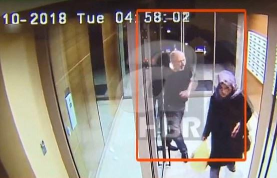 Hình ảnh ghi từ camera an ninh cho thấy nhà báo Khashoggi và hôn thê đi cùng nhau trước khi tới lãnh sự quán Ả rập Xê út. (Ảnh: Dailymail)