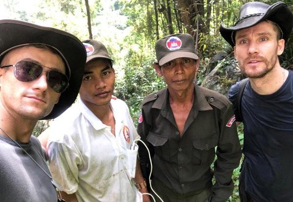 Hai anh em Ian Wilson (phải) và Jack (trái) cùng những người hướng dẫn địa phương trong hành trình tìm kiếm MH370 tại Campuchia. (Ảnh: Daily Star)