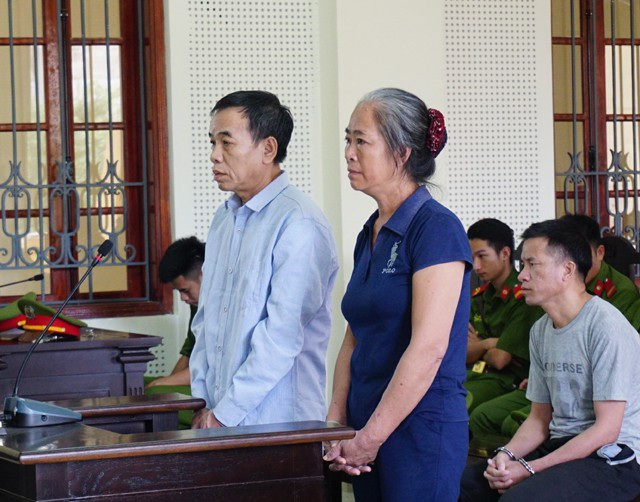 Bị cáo Kha Văn Ngọc và Lô Thị Thuyên tại phiên tòa.