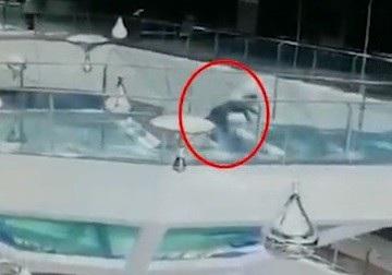 Khoảnh khắc cô gái bị ngã vào bên trong bể nuôi cá mập tại trung tâm thương mại