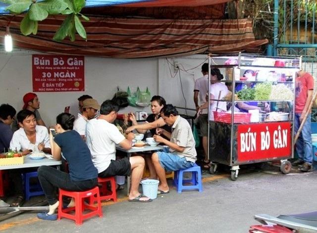 """Quán bún bò gân """"bá đạo"""" nằm ở chung cư Tôn Thất Thuyết (quận 4) đã """"dậy sóng"""" cộng đồng mạng một thời."""