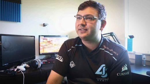Nick Overton là một game thủ chuyên nghiệp, người kiếm được một khoản tiền không nhỏ từ việc live stream khi đang chơi game