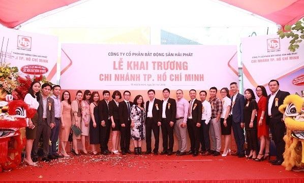 Ban lãnh đạo Hải Phát Land cùng quan khách chụp ảnh lưu niệm Hải Phát Land khai trương chi nhánh thứ 18 tại TP.HCM Hải Phát Land khai trương chi nhánh thứ 18 tại TP.HCM photo 3 1540165530359842303934