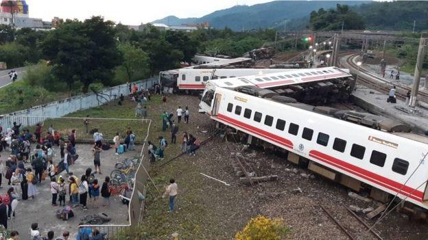 Đoàn tàu trật đường ray ở Đài Loan. (Ảnh: AFP)