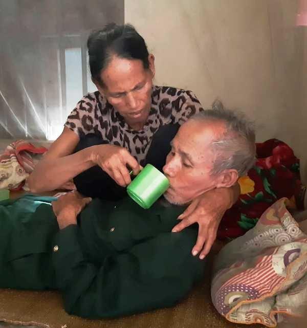 Ông Kế phải uống thuốc giảm đau thường xuyên mỗi khi căn bệnh tái phát.