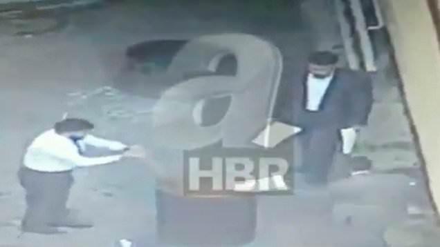 Hình ảnh các nhân viên lãnh sự quán Ả rập Xê út đốt giấy tờ sau ngày nhà báo Khashoggi mất tích. (Ảnh: Dailymail)