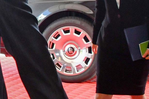 Cận cảnh biểu tượng R đặc trưng ở giữa vành bánh xe ông Kim Jong Un đi. (Ảnh: Alamy Live New)