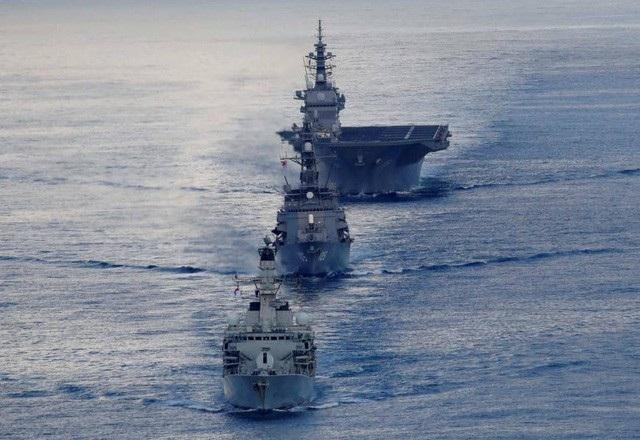 Tàu hộ vệ MHS Argyll của Anh dẫn đầu tàu khu trục Inazuma và tàu sân bay trực thăng Kaga của Nhật Bản tham gia cuộc tập trận ở Ấn Độ Dương trước khi đi qua Biển Đông hồi tháng 9. (Ảnh: Reuters)