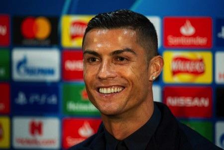 C.Ronaldo tỏ ra vô cùng tự tin trong buổi họp báo