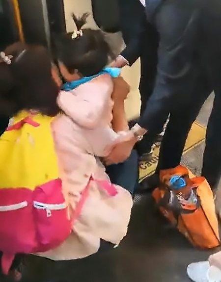 Bé gái được mẹ ôm chặt trong vòng tay sau khi đưa đến nơi an toàn