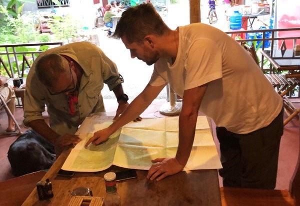 Ian Wilson chuẩn bị cho chuyến đi tới Campuchia. (Ảnh: Daily Star)