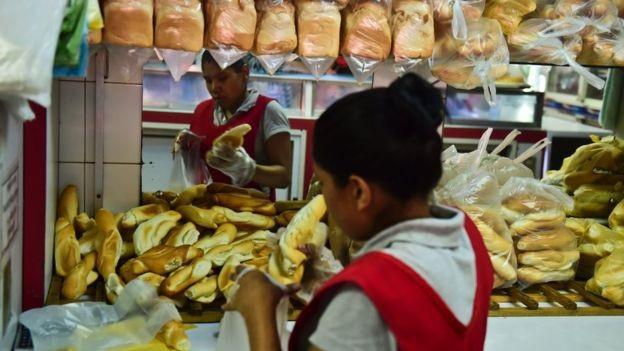 Giá bánh mỳ tại Venezuela ngày càng cao.