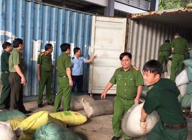 Các lực lượng chức năng ở Đà Nẵng phát hiện một container nhập khẩu về cảng Tiên Sa chứa hàng chục tấn ngà voi, vảy tê tê và một số hàng hoá khác hồi đầu tháng 10