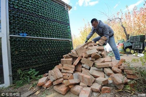 Ngôi nhà kỳ lạ được làm từ 50.000 chai bia ở Trung Quốc - 4