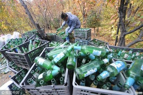Sang Kun đã đi khắp nơi với mục đích thu thập vỏ chai bia.