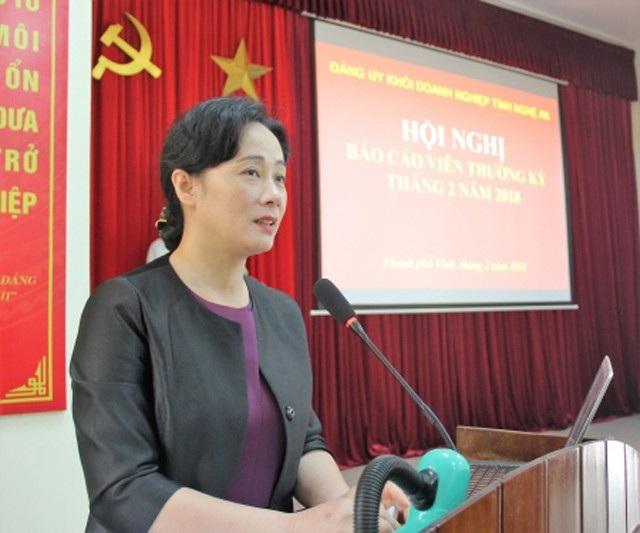 Bà Phan Thị Hoan - Phó Bí thư Đảng ủy khối doanh nghiệp tỉnh Nghệ An đánh giá tổ chức Đảng trong doanh nghiệp tư nhân đã phát huy được vai trò, trên cơ sở đó thúc đẩy sản xuất kinh doanh của doanh nghiệp, hài hòa quyền lợi của người lao động và ông chủ. (ảnh K. Hồng)