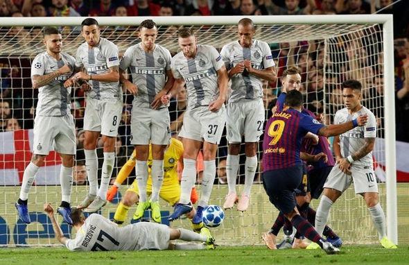 Brozovic nằm xuống ngăn chặn Luis Suarez đá phạt