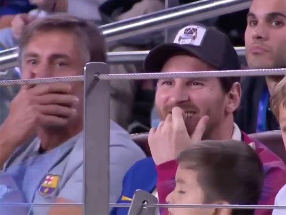 Messi nở nụ cười thích thú sau khi chứng kiến tình huống này