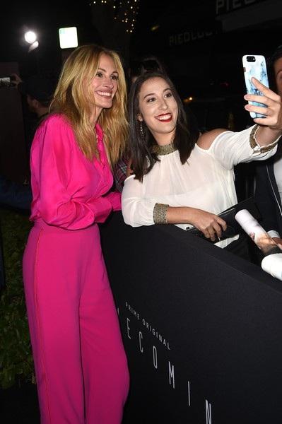 Julia diện trang phục hồng nổi bật của Brandon Maxwell kết hợp với giày Stuart Weitzman và nữ trang Irene Neuwirth - Roseark.