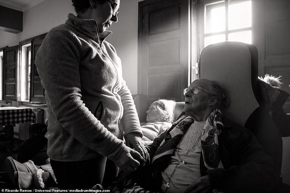 Sự cô đơn tỏa ra từ những bức ảnh ám màu thời gian - Ảnh 9.