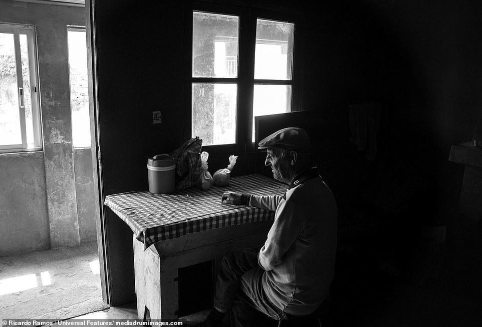 Sự cô đơn tỏa ra từ những bức ảnh ám màu thời gian - Ảnh 10.
