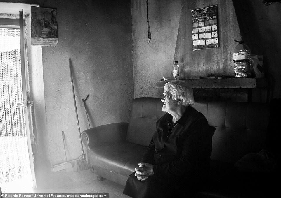 Sự cô đơn tỏa ra từ những bức ảnh ám màu thời gian - Ảnh 3.