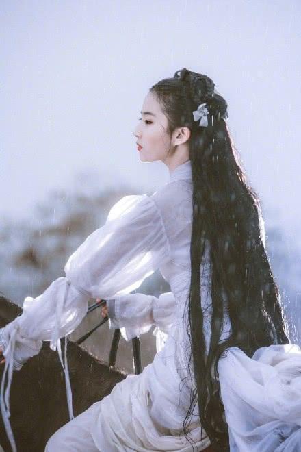 """Tháng 8 vừa rồi, Lưu Diệc Phi đã đón sinh nhật lần thứ 31 tại phim trường. Ngôi sao xinh đẹp không được ở bên người thân trong dịp đặc biệt này nhưng cô vẫn rất hạnh phúc. Mỹ nhân của màn ảnh Hoa ngữ lại quay về tình trạng độc thân sau khi xác nhận chia tay với nam diễn viên Song Seung Heon vào đầu năm 2018. Cặp đôi quyết định """"đường ai nấy đi"""" vì không có thời gian vun đắp tình cảm. Song Seung Heon sống tại Hàn trong khi Lưu Diệc Phi làm việc chủ yếu tại Trung Quốc."""