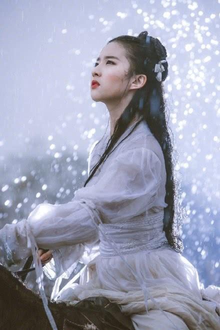 12 năm trước, Lưu Diệc Phi từng trở thành ngôi sao hạng A trong lòng công chúng khi tham gia bộ phim truyền hình Thần điêu đại hiệp. Nhan sắc thoát tục của nữ thần Hoa Ngữ được nhà văn Kim Dung miêu tả thanh khiết như băng tuyết còn khán giả gọi cô là thần tiên tỉ tỉ.
